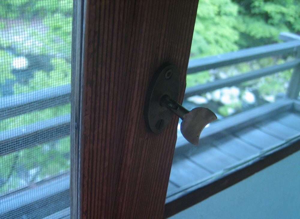 懐かしい窓のカギ